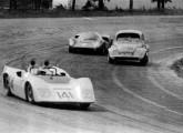 O AC ultrapassa uma Lola T70 e o Fusca de dois motores dos irmãos Fittipaldi (fonte: Paulo Roberto Steinhoff).
