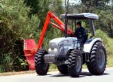 Trator 5085.4 equipado com roçadeira hidráulica Lavrale.