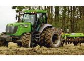 Equipado com duplo rodado traseiro e pneus para cultura de arroz o maior trator Agrale é testado pela revista Cultivar (foto: Cultivar).