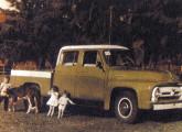 Primeira cabine-dupla construída por Raul Boff, em 1960, em foto com seus filhos.