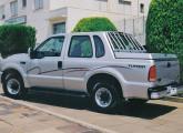 Transformação contemporânea da picape Ford F-250 em cabine-dupla com bagageiro fechado.