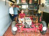 Toni Bianco e a gaiola de vergalhões de aço sobre a qual moldou a carroceria de alumínio da Barchetta; à esquerda, Paulo Trevisan, criador do Museu do Automobilismo Brasileiro, e José Rezende Mahar, saudoso jornalista d'O Globo (fonte: Jason Vogel).