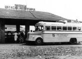 Ônibus rodoviário Caio sobre caminhão Mercedes-Benz L-3250 alemão, em foto histórica na estação rodoviária de Maringá, em plena conquista do oeste paranaense, no início da década de 50 (fonte: internet, Márcio Fabien).