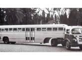 Papa-filas FNM com carroceria e cabine construídas pela Caio, colocado em operação em 1956 na cidade de Santos (SP) (fonte: A Tribuna).
