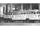 Papa-filas Caio exposto diante do Ministério da Educação, na antiga Capital Federal, em 1955; a composição era tracionada por um cavalo-mecânico FNM com cabine Brasinca (fonte: Revista de Automóveis).