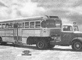 Papa-filas 1957 da Viação Santos-São Vicente, na Baixada Santista (SP), tracionado por Mercedes-Benz L-312.