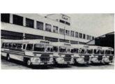 """Cinco rodoviários com chassi Scania, em agosto de 1964 alocados à frota da empresa baiana Expresso Salvador, operadora da rota Salvador-Rio de Janeiro """"em apenas 27 horas, em vez das 34 ou 36 de outros tempos"""" (fonte: Transporte Moderno)."""