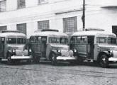 Sinal dos tempos: lotações sobre chassis de caminhões leves Chevrolet 1946 para transporte rodoviário entre São Paulo e Curitiba.