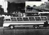 Urbano Caio sobre chassi FNM de motor traseiro na frota da CMTC; o detalhe, que evidencia a frente inédita do modelo, mostra o ato de entrega de parte da frota de 100 unidades fornecidas à operadora em 1973 (fonte: Transporte Moderno).