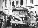 Volvo-Caio da Pássaro Marrom em 1947, diante da basílica de Aparecida (SP) (fonte: Sérgio Martire).