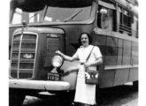 Foto familiar tomada em viagem do Rio de Janeiro para São Lourenço (MG), em 1949, diante de um ônibus rodoviário Caio sobre chassi Mack de cabine semi-avançada (fonte: site cariocadorio).