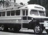 Ônibus sobre chassi Ford F-600 1951 no serviço rodoviário entre São Paulo e Minas Gerais. Note a evolução das janelas com relação aos modelos anteriores.