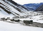 Parte da frota de articulados Mondego-Volvo cruzando os Andes, no inverno, a caminho do Chile.