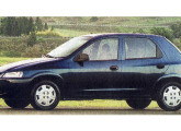 O Celta de cinco portas chegou em 2002 com melhor acabamento e motor mais potente.