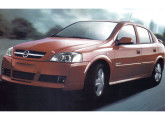 O Astra hatch cinco-portas chegou em 2002, junto com novo estilo frontal para os demais modelos.