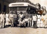 Ligação entre Crato (CE) e São Paulo em meados da década de 50: longuíssimas viagens de mais de 2.500 km, na maior parte por estradas não pavimentadas, eram freqüentemente realizadas por ônibus leves a gasolina, como este Chevrolet; a operadora da linha era a pioneira Viação Varzealegrense, do Crato (fonte: Ivonaldo).