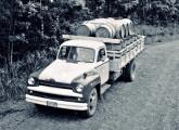 Chevrolet 6503 (chassi longo) transportando tonéis de madeira em Caxias do Sul (RS), em fotografia contemporânea (fonte: João Todeschi Mande).