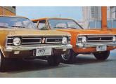 A nova frente do Opala para 1971; aqui os modelos De Luxo (à esquerda) e Especial (foto: Autoesporte).