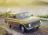 Chevrolet Veraneio 1971 na versão De Luxo, com teto de vinil, pneus de banda branca e calhas do teto cromadas.