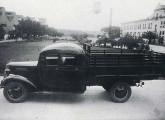 Caminhão Chevrolet 1938 de 1,5 t com inédita cabine dupla - provavelmente construída em exemplar único - diante da fábrica GM de São Caetano (fonte: Paulo Ferreira Vidal).