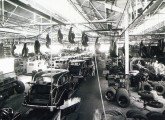 A linha de montagem de automóveis em 1939.