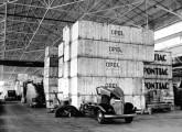 Armazém com componentes Opel e Pontiac ainda encaixotados (possivelmente chassis), em 1939. Note, à frente, caminhão de ¾ t com meia-cabine, versão própria para transformação em micro-ônibus e furgões (fonte: site carrosantigos).