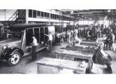 Em 1937 a montagem de caminhões e ônibus ainda ocorria em linha única.