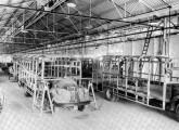 Linha de fabricação de carrocerias em 1942; em linha, veículos semelhantes aos da imagem anterior.