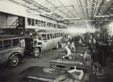 São Caetano, 1938; na linha de fabricação, dois ônibus Chevrolet COE.