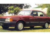 Opala Comodoro 1988, com o formado da dianteira inspirado no Monza e as pesadas barras decorativas laterais.