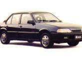 O Monza recebeu o primeiro face-lift em 1990; note a semelhança com o Omega, que sairia no Brasil dois anos depois.