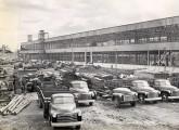Em 1948, no pátio de São Caetano do Sul, caminhões Chevrolet  e um GMC - este sem cabine - montados no Brasil (fonte: site felipebelu).