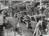 Montagem de caminhões ingleses Bedford de uma tonelada, no início da década de 50 (fonte: Arquivo Público do Estado de São Paulo).