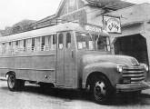 Chevrolet equipado com a primeira geração de carroceria metálica GM nacional; o ônibus da foto pertenceu às famílias Soela e Damiani, operadoras da Viação Joana d'Arc, no norte do Espírito Santo (fonte: NTU).