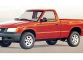 Chevrolet S-10, a primeira picape média fabricada no país; a imagem mostra o modelo básico.