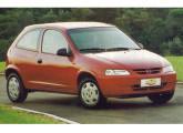 Frustrante quando do lançamento, o Celta foi sendo aprimorado com o tempo e caiu no gosto do consumidor; na foto a versão Super, de 2002, com para-choques da cor do carro.