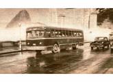 GM Coach urbano circulando pela Praia do Flamengo, Rio de Janeiro (RJ), em 1954.