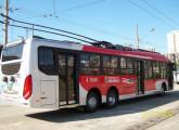 Trólebus de três eixos e 15,0 m da operadora paulistana Ambiental, primeiro de uma encomenda de 50 unidades, equipado com banco de baterias que permite percorrer até 10 km desconectado da rede elétrica (fonte: site blogpontodeonibus).