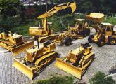 Parte da linha de produtos FiatAllis, ao final da década de 80: escavadeira hidráulica S 90, motoniveladora FG 95, pá-carregadeira FR 12M e (a partir da esquerda) tratores de esteira 14CT, FD9 e 7D.