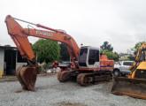 Escavadeira hidráulica FiatAllis FH200, primeira representante da família Hitachi fabricada no Brasil; construída em 1997, a máquina da imagem encontrava-se à venda em 2014 (fonte: site andradetratores).