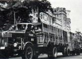 Dezembro de 1949: desfile dos primeiros caminhões brasileiros pelas ruas do Rio de Janeiro.