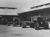 Chassis D-7300, sem cabine, circulando no recinto da fábrica.