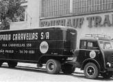Raríssima foto dos anos 50, mostrando um pioneiro FNM com cabine 800 BR e reboque Fruehauf (fonte: Pepi Scharinger / Werner Keifer).