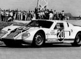 Antes de ser comercializado, o Lorena serviu de base para o protótipo de competição com motor Porsche mostrado na fotografia, pilotado por Sidney Cardoso; note as entradas de ar adicionais na dianteira (fonte: site saloma).