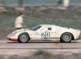 Lorena-Porsche: notável, sob este ângulo, a semelhança do carro com os grandes GTs de competição da época - Ford GT 40 e Porsche 910 (fonte: site pumaslubisomem).