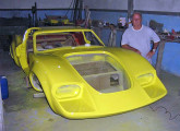 O ex-piloto Luiz Lapagesse e a quase réplica Lorena GT-L que começou a produzir em 2010.