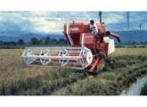 Colheitadeira automotriz Sta. Matilde S.M.1000 na colheita de arroz; a foto é de 1976.
