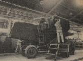 Uma colheitadeira Santa Matilde em fase de conclusão na fábrica fluminense, em 1984 (fonte: Jornal do Brasil).