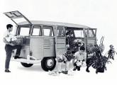 A Volkswagen sempre soube explorar a grande capacidade de carga e a ótima acessibilidade oferecidas pela Kombi; a imagem é de material publicitário de 1964.