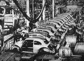 Em 1961 a Volkswagen tornou-se o maior fabricante brasileiro de automóveis; a imagem, da segunda metade da década, mostra a montagem das carrocerias do Fusca e seu encaminhamento para a pintura.